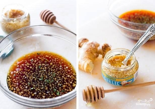 2. Для приготовления соуса соедините измельченный чеснок и имбирь с соевым соусом и медом. Все тщательно перемешайте до однородности.