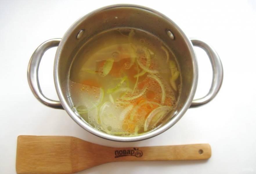 Бульон процедите и выложите в него лук с морковью.