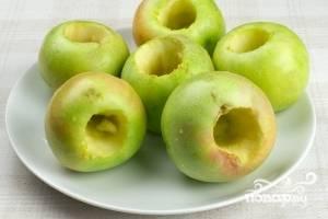 Хорошенько моем яблоки, вытираем. Аккуратно, чтобы не проколоть насквозь, вырезаем ненужную нам сердцевину.