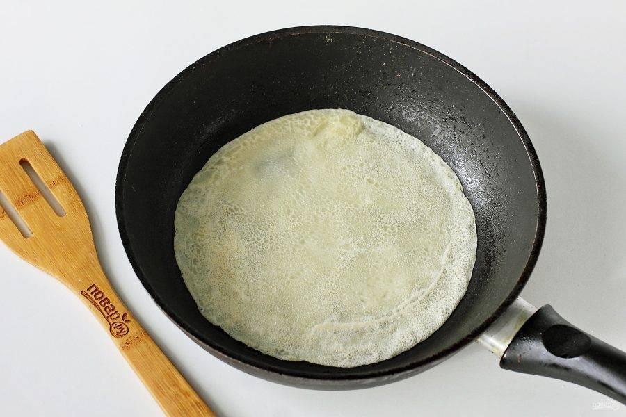 Не ждите пока блинчик станет румяным, блины на крахмале получаются достаточно бледные, а вот на вкус это совсем не влияет. Переворачивайте блинчик сразу, как он схватится.
