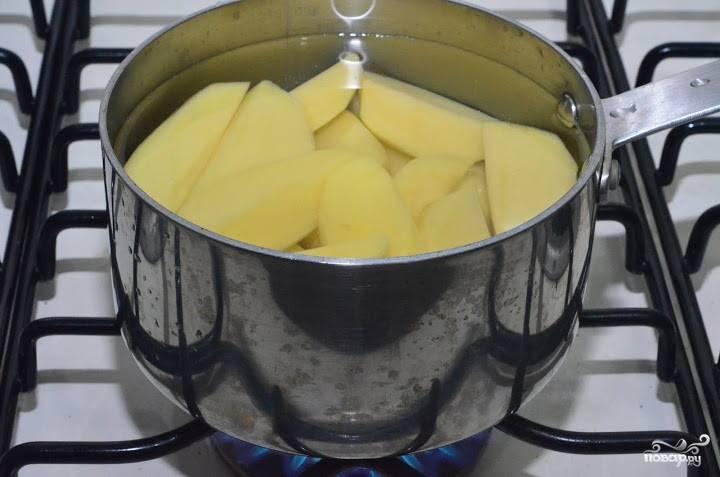Клубни картофеля очистите от шкурки и нарежьте некрупными кусочками. Отварите картофель до готовности в слегка подсоленной воде. Чем мельче нарезан картофель, тем быстрее он приготовится.