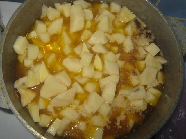 3. Картошку моем, чистим, режем. Закладываем к бульону, варим до готовности.