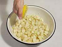 Порезанные яблоки сбрызните лимонным соком, чтоб они не темнели.