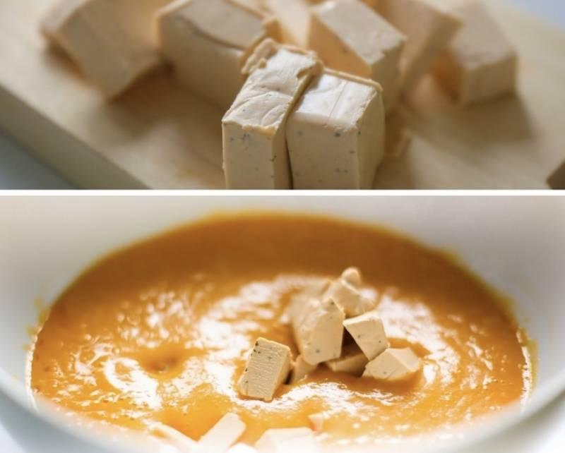 Варите суп до готовности картошки и других овощей. Потом в блендере доведите суп до пюреобразного состояния. Добавьте кубики плавленого сыра и перемешайте, пока сыр не растворится.