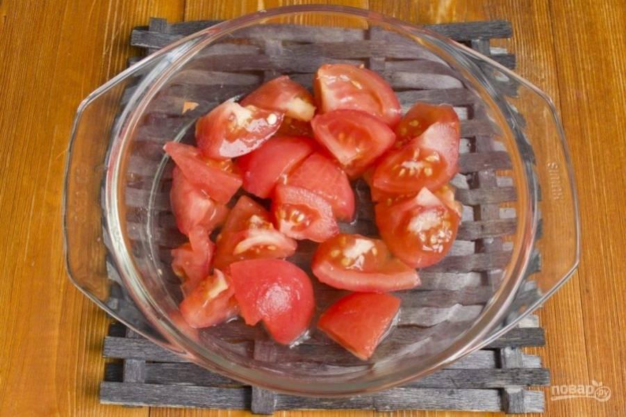 В это время сделайте крестовые надрезы на помидорах, а потом ошпарьте их кипятком, чтобы снять кожицу. Затем нарежьте плоды кусочками, и отправьте их к овощам. Жарьте всё вместе 5 минут.