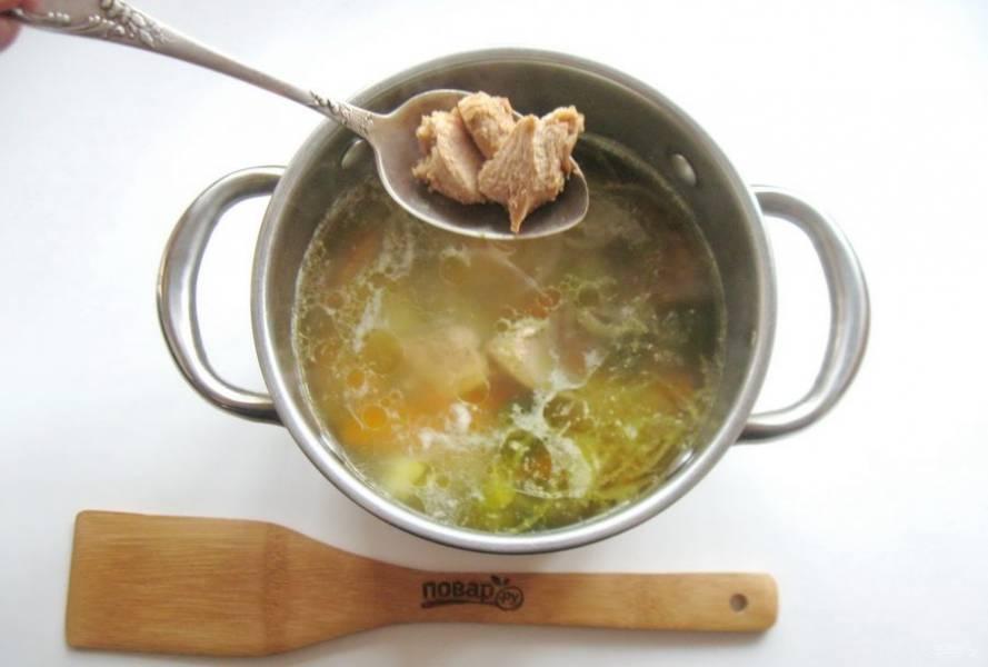 После добавьте филе в кастрюлю.