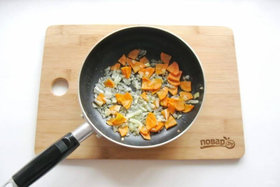 Лук и морковь очистите, помойте. Нарежьте мелко и выложите в сковороду. Налейте немного подсолнечного масла и слегка припустите овощи в течение 7-8 минут.