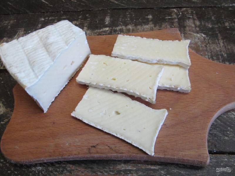 Сыр нарежьте ломтиками.