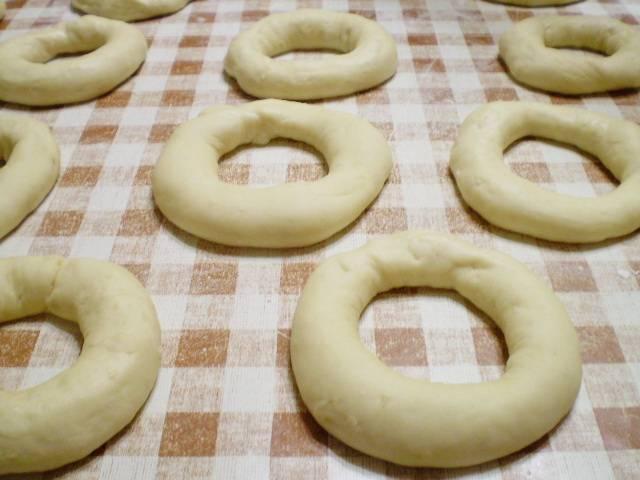 7. Каждый шарик теста раскатайте в виде колбаски. Соедините края. Дайте немного полежать, подойти, минут 5-7.