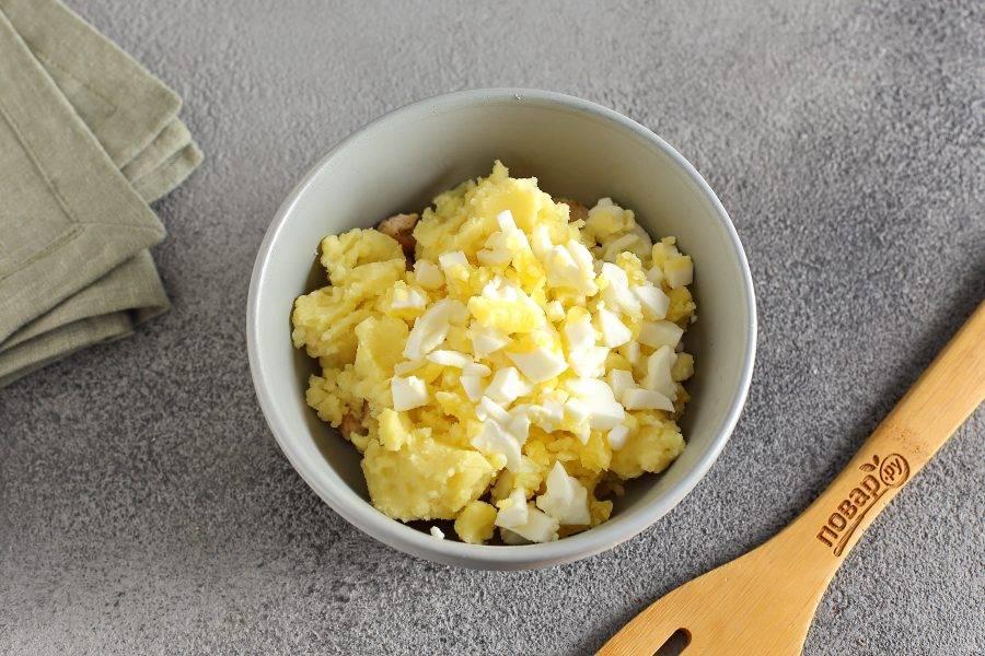 Добавьте картофельное пюре и нарезанное кубиками вареное яйцо.