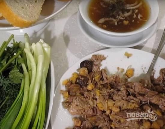 Наливаем бульон из горшочков в глубокую тарелку, добавляем нарезанный лук, мяту и сумах. Мясо с нутом выкладываем на плоскую тарелку и разминаем вилкой. Посыпаем мятой и сумахом. Приятного аппетита!