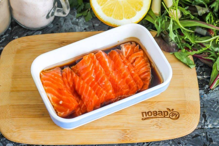 Тонко нарежьте мякоть семги или другой свежей либо охлажденной морской рыбы. Выложите в соус и полейте им сверху. Поместите в холодильник минимум на 15 минут для маринования.