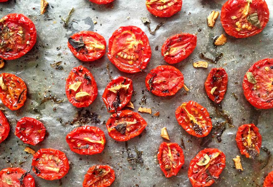 Готовые томаты уменьшатся в размерах и сморщатся. Дайте помидорам полностью остыть.