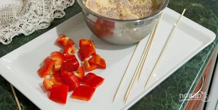 Перец нарежьте квадратами, насадите мясо, чередуя перцем.