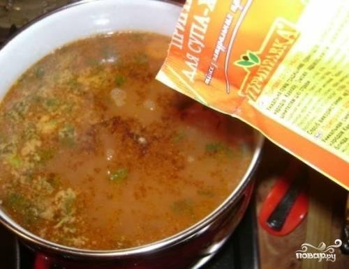 Добавить специи, соль. Дать супу настояться.