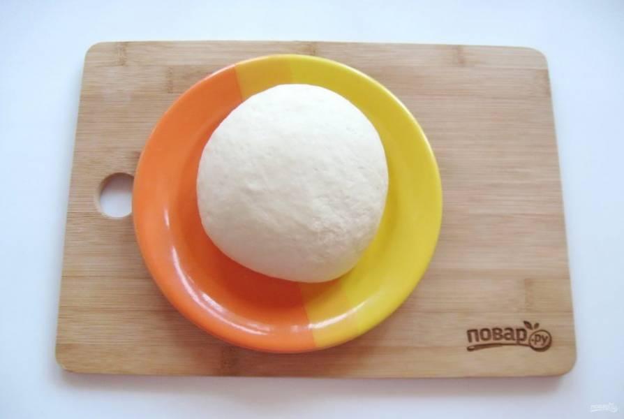 Замесите заварное тесто и скатайте его в шар.