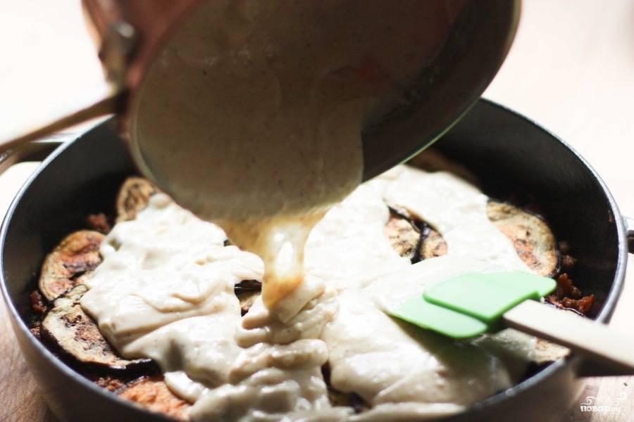 Приготовьте глубокую форму для выпекания. Смажьте её оливковым маслом. Муссака по-турецки готовится слоями. Сначала выложите один слой баклажан, сверху положите немного мясного фарша, затем второй слой, опять фарш, а на третий слой баклажан (последний) вылейте сливочный соус. Перед тем как вылить соус, вбейте в него яйцо и хорошенько перемешайте.