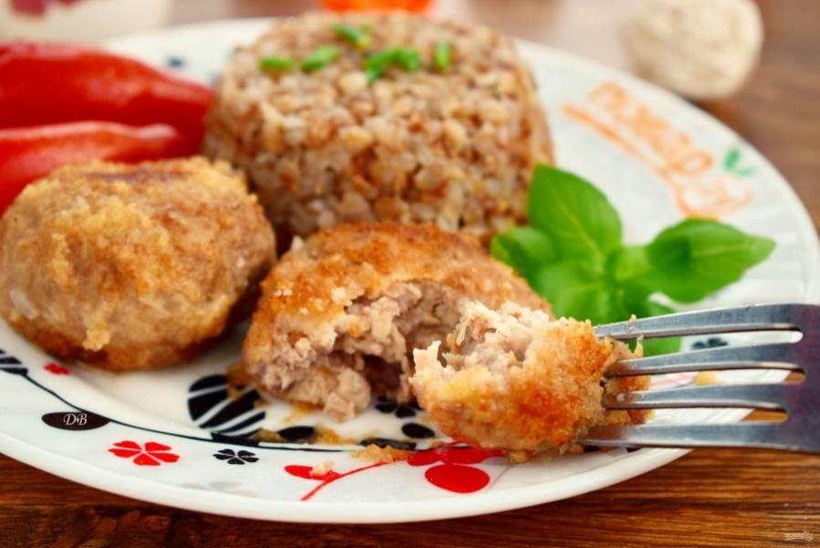 Подавайте котлеты с гречкой со свежими овощами и зеленью. Приятного аппетита!
