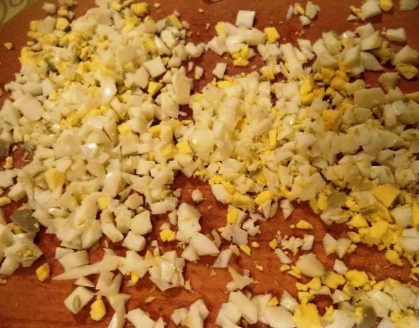 Отварите, очистите и порежьте яйца.