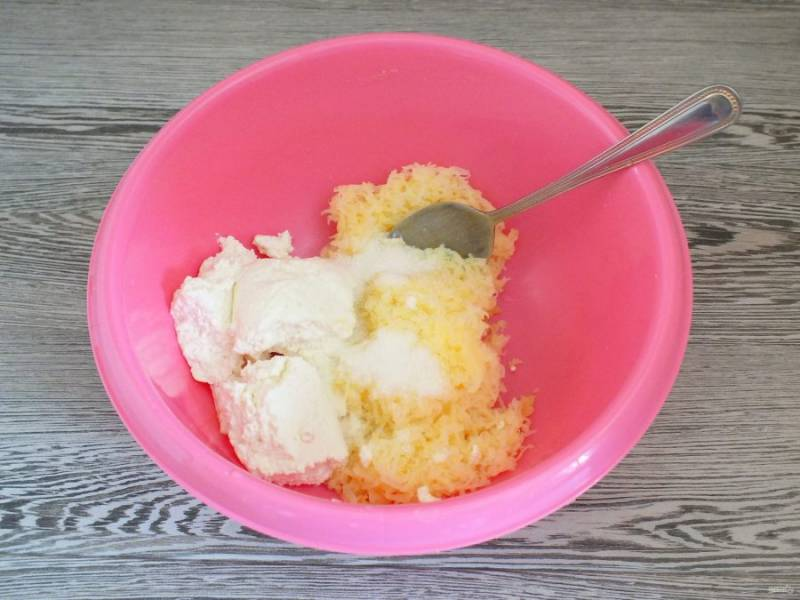 Отварной картофель очистите от кожуры, натрите на мелкой терке. Соедините в чаше картофель, творог, соль.