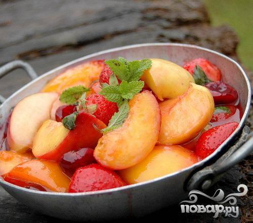 6.Добавьте остатки свежих ягод и, по желанию, зерна ванили из стручка. Подавайте соте еще теплым, разложив его по забавным тарелкам или мискам.
