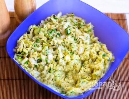 Затем добавляем капусту, соль и перец по вкусу. Хорошо все перемешиваем. Выкладываем пюре в блюдо, украсив мелко нарезанным беконом и петрушкой. А в центр выкладываем кусочек сливочного масла.
