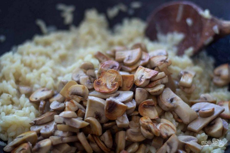 Далее влейте вино. Когда оно выпарится, добавьте 1/4 бульона. Он впитается, потом влейте ещё. Рис должен быть почти готов. Потом добавьте грибы.