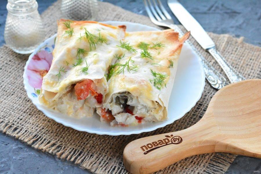 Готовое блюдо сразу подавайте к столу, хотя лаваш будет вкусным и в холодном виде. Приятного аппетита!