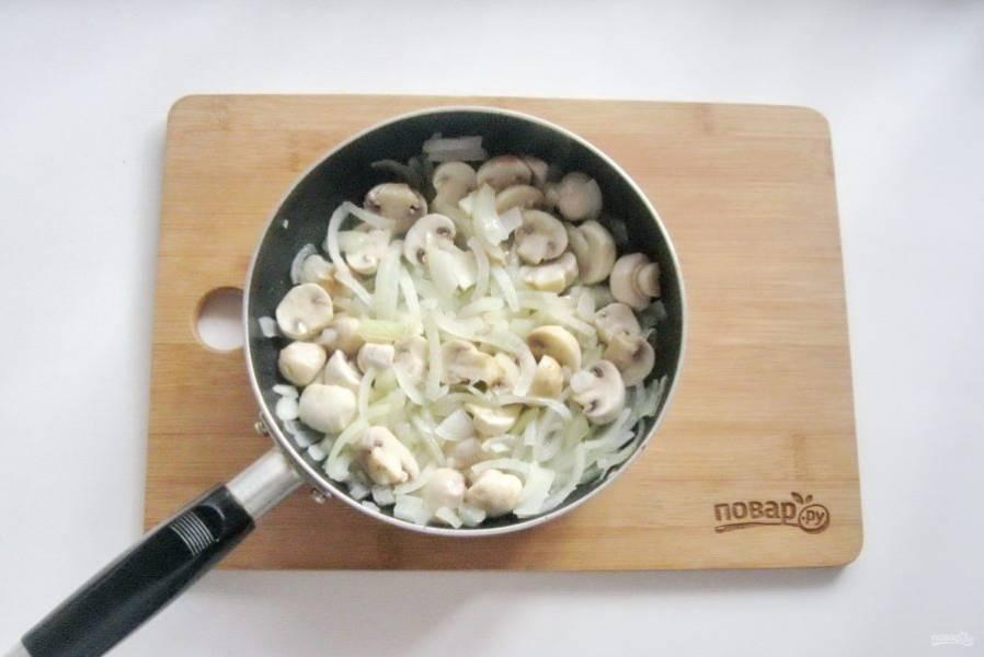 Жарьте грибы с луком 10 минут перемешивая.