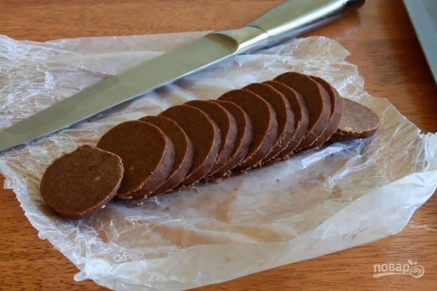 8.Нарежьте охлажденное тесто кусочками толщиной 0,5 сантиметра.