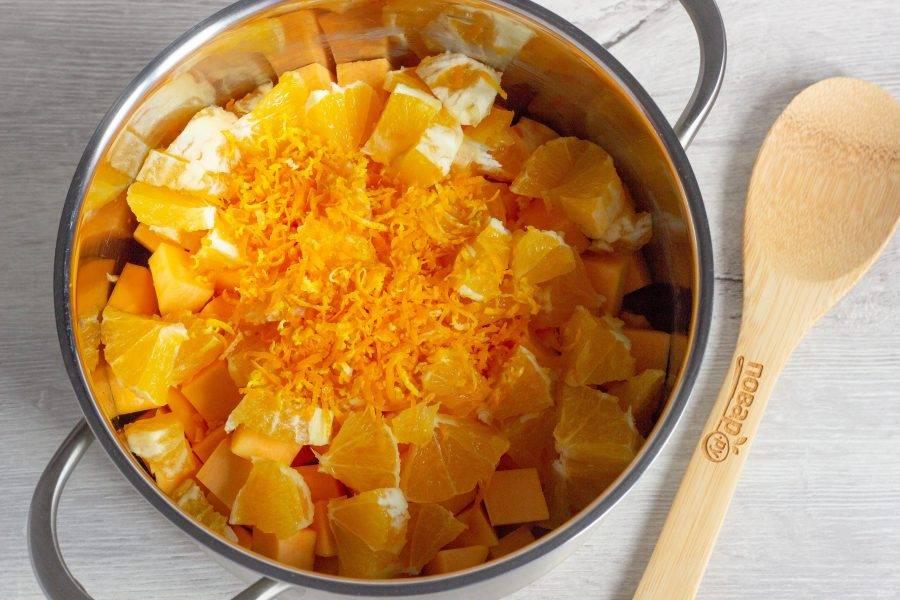 Апельсины помойте, снимите цедру с помощью мелкой терки. Затем удалите оставшуюся кожуру и нарежьте мякоть апельсина кусочками, удаляя косточки. Цедру и мякоть апельсина добавьте к тыкве.