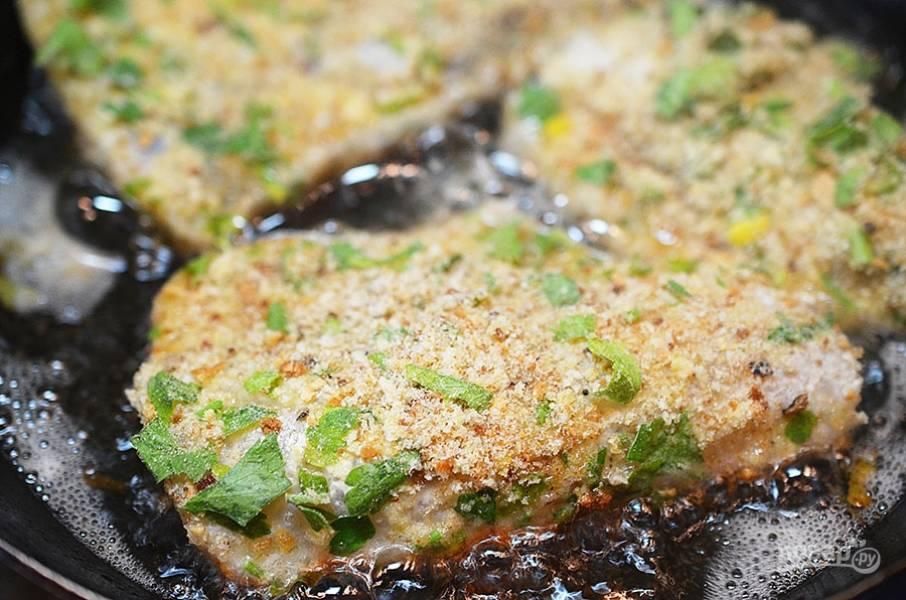 6. Затем в хлебной крошке обваляйте и обжарьте в горячем масле (смеси подсолнечного и сливочного)  по 5 минут с каждой стороны. Доведите до готовности в духовке.