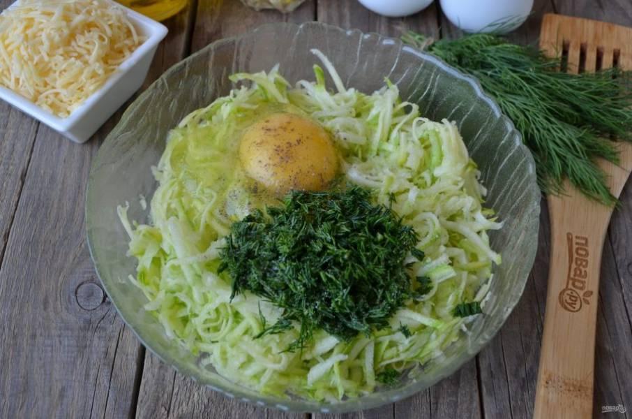 Добавьте яйцо, зелень, соль, перец черный молотый. Перемешайте.