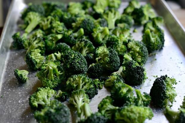 3. Брокколи и цветную капусту посолить, взбрызнуть оливковым маслом и отправить в разогретую духовку.