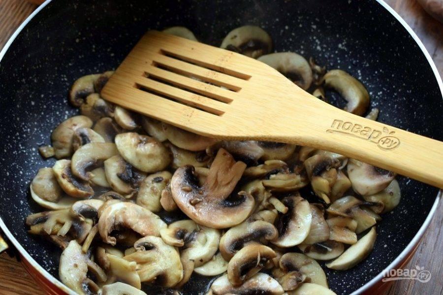 Грибы нарежьте тонкими ломтиками. Обжарьте их на разогретом растительном масле в течение 3-4 минут, с добавлением мускатного ореха и щепоткой соли. Грибы должны остаться сочными.