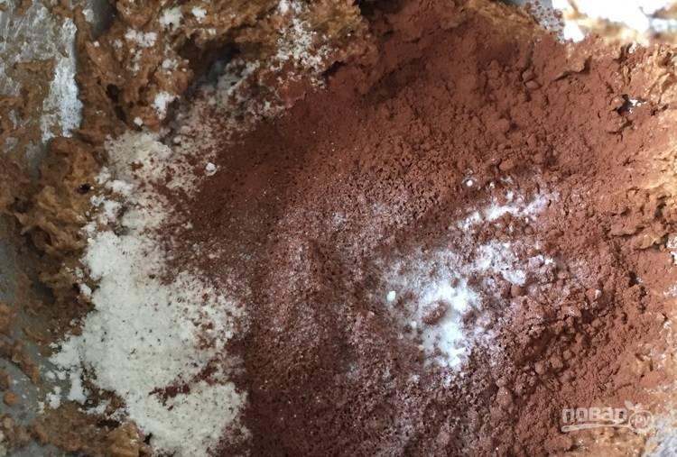 2.В отдельной миске смешайте сливочное масло с сахаром, добавьте яйца, ванильный экстракт, муку, какао, соль и соду, молоко.