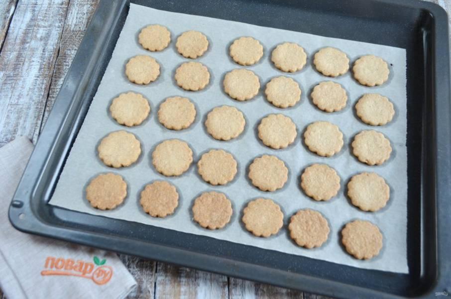 7. Запекайте печенье в горячей духовке при 160 градусах в течение 10-15 минут. Затем остудите его.
