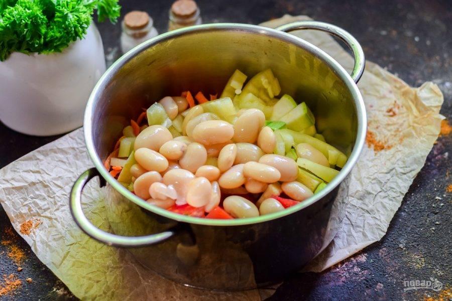 Сложите все овощи в кастрюлю.