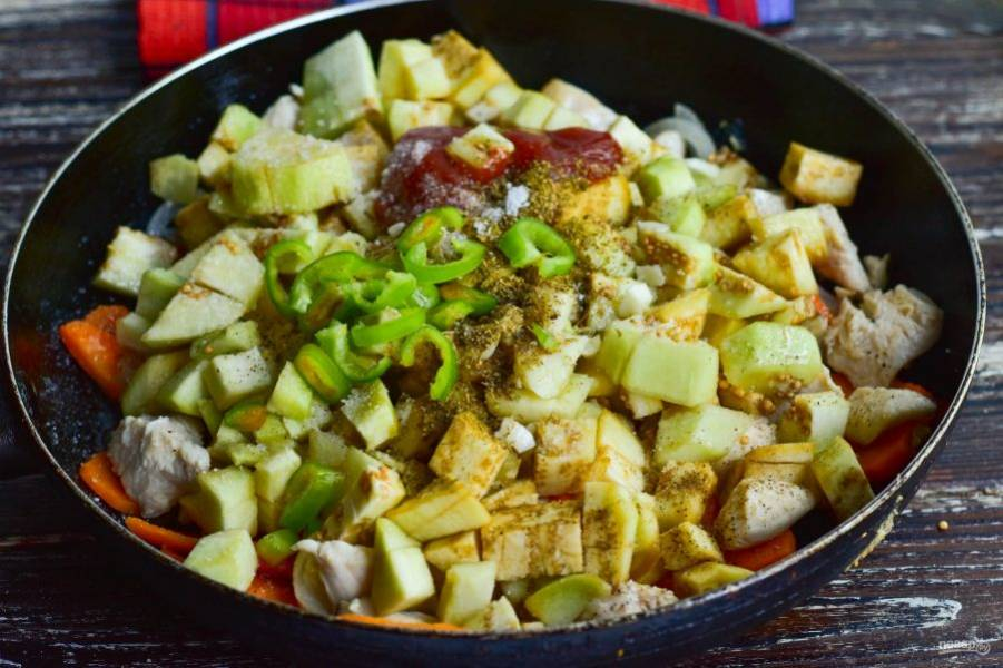 Добавьте соль, перец, хмели-сунели, измельченный чеснок, острый перец и томатную пасту.