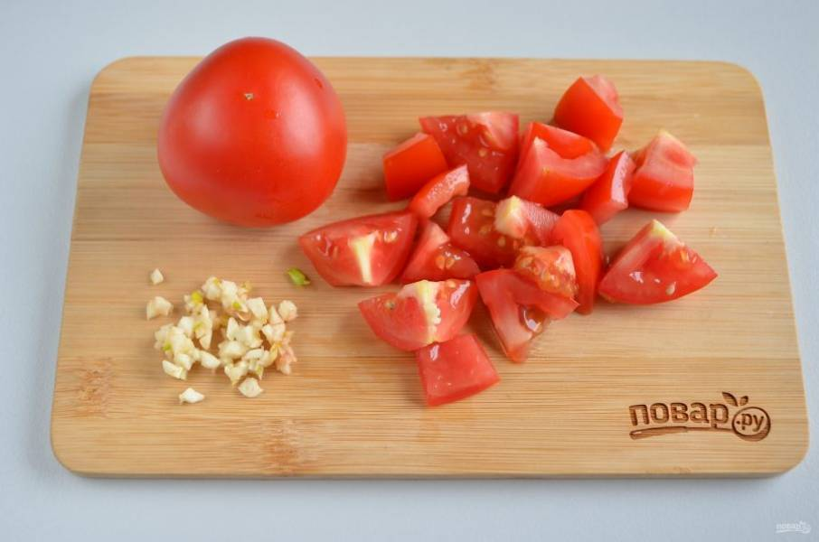 Помидоры порежьте крупными кусочками, чеснок измельчите, заправьте солью, перемешайте хорошо.