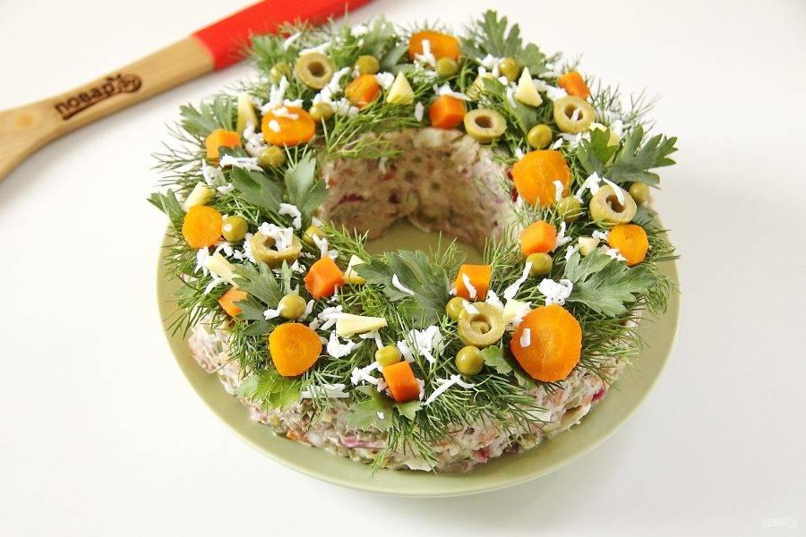 Украсьте салат свежей зеленью, кусочками овощей или ягод. У меня морковь, горошек, оливки, кусочки сыра и тертый яичный белок. Салат оливье с тунцом готов. Можно подавать его сразу же, но как по мне, так лучше дать ему настояться пару часов, чтобы он стал вкуснее. Готово!