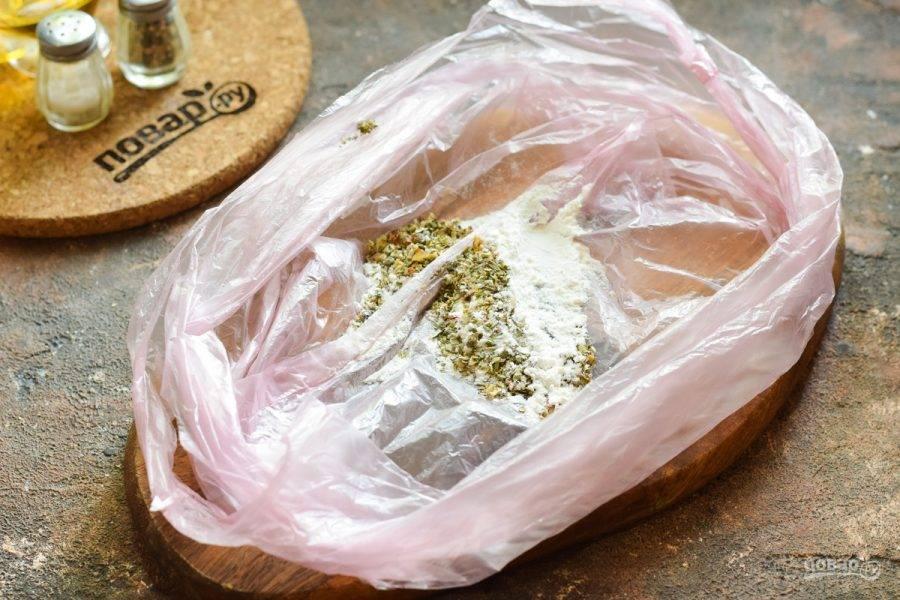 Подготовьте чистый пакет. Всыпьте в него муку, травы, специи по своему вкусу.