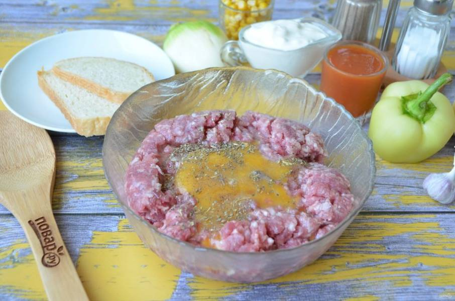 2. Соедините фарш с сырым яйцом, солью, перцем молотым и специями для мяса.