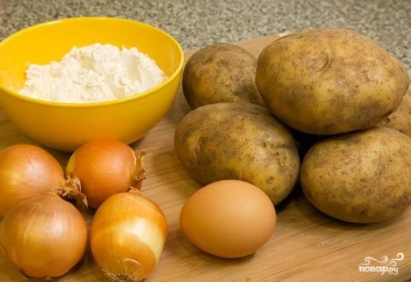 1. Вот такой весьма скромный набор ингредиентов необходим, чтобы повторить этот простой рецепт картофельных оладушек на вашей кухне. Блюдо смело можно назвать экономным и бюджетным.