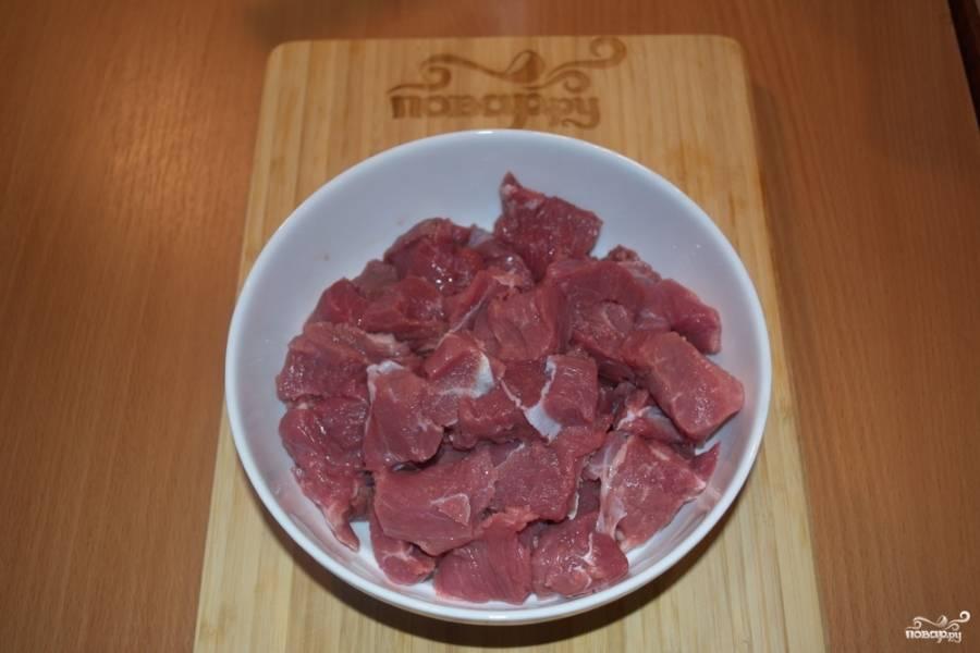 Мясо свинины или курицы (индейки) нужно нарезать на брусочки. Можно взять и говядину, но ее нужно тушить дольше.
