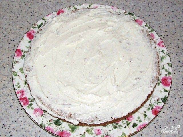 Сливки взбейте хорошенько миксером с сахаром до густой белой пены. Тщательно и равномерно промажьте каждый корж взбитыми сливками.