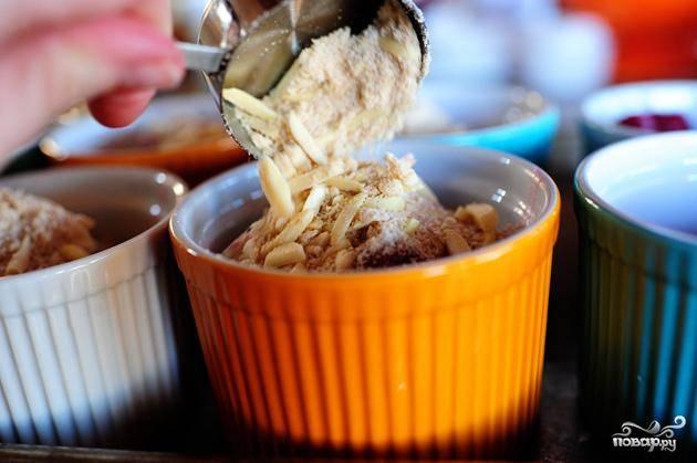 6. Посыпать вишню крошками теста. Выпекать в духовке в течение 45 минут, до тех пор, пока верхушка не станет золотисто-коричневого цвета. Если верхушка за это время еще не пропеклась, продолжайте выпекать еще около 10 минут.