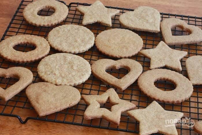 15.Запекайте печенье в разогретом до 180 градусов духовом шкафу около 8-12 минут, затем полностью остудите на решетке.