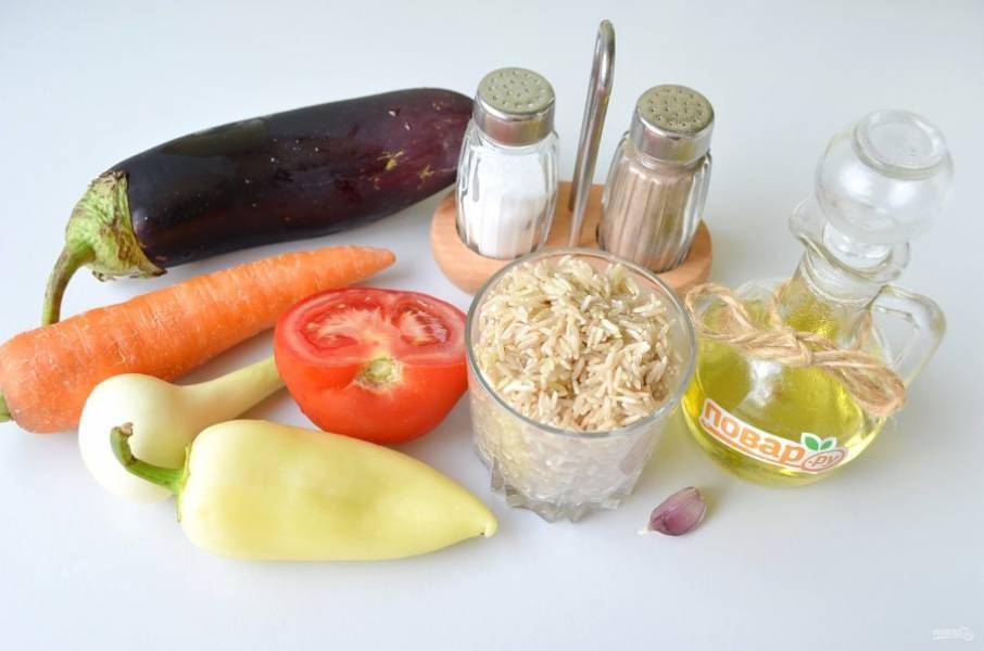 1. Подготовьте продукты. Овощи вымойте. Рис переберите, промойте под проточной водой. Залейте кипятком и проварите 20 минут до полуготовности. Потом откиньте на дуршлаг.