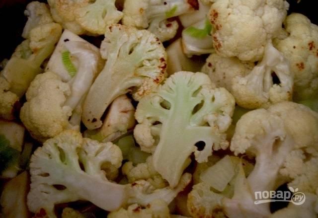 4.Когда капуста в духовке уже подрумянилась, переложите ее в кастрюлю, залейте водой или овощным бульоном, чтобы вода покрыла овощи. Накройте кастрюлю крышкой и варите около 10 минут.